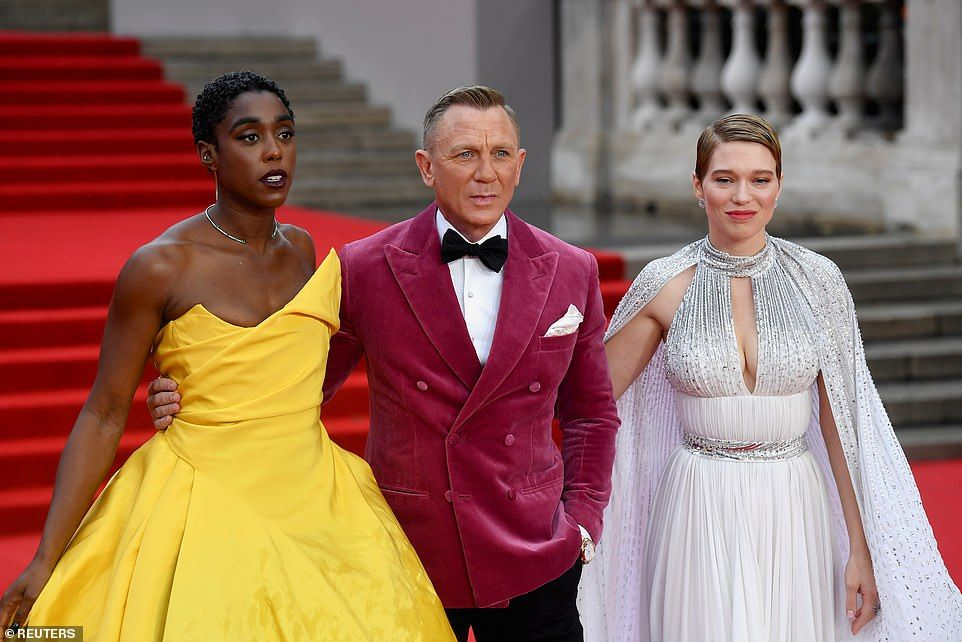 48506517-10038091-Licence_to_thrill_Daniel_Craig_looked_as_dapper_as_ever_in_a_dar-a-32_1632847316404